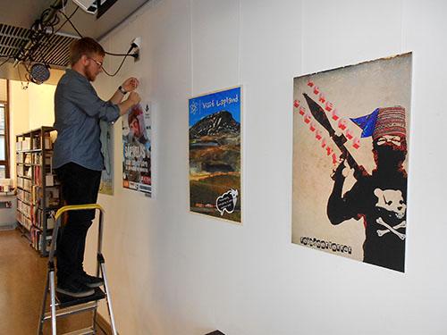 City-Sámit ry:n jäsen Juho Keva pistää näyttelyä pystyyn Kirjasto 10:ssä.
