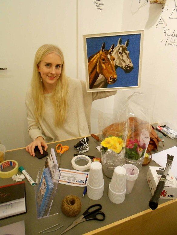 Onerva Heikka Suomen valokuvataiteen museon nuorten ryhmästä esittelee hevostaulua, joka halutaan näyttelyn jälkeen takaisin.